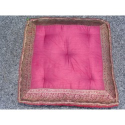 Cushion of Floor bordeau brocade edges