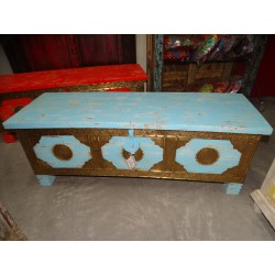 Long chest with mango wood cover with turquoise patina and brass